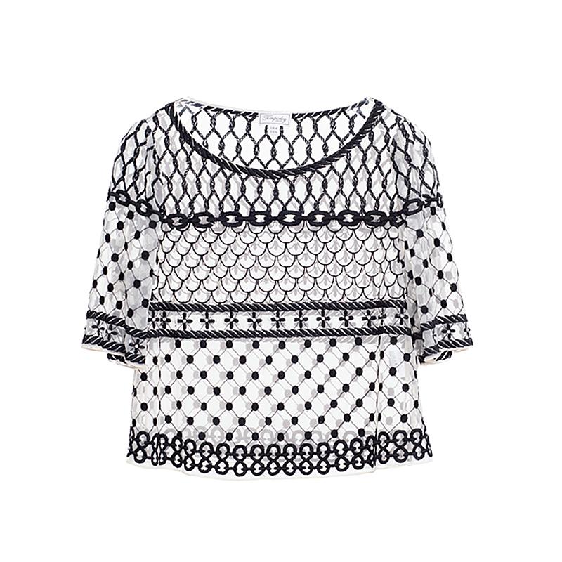 ブラックのショートスリーブトップス。透け感のあるホワイトのチュールに、全体的にブラックのエンブロイダリー刺繍が、胸元にはドロップ型ビジューが施されたデザインのショートスリーブタイプとなります。