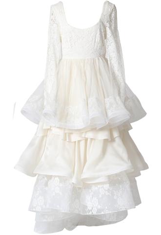 ホワイトのロングスリーブタイプのウエディングドレス。トップス全体にはレースがあしらわれ、スカートは大きな3段のフリルになっているロングスリーブタイプのホワイトのロングドレスです。