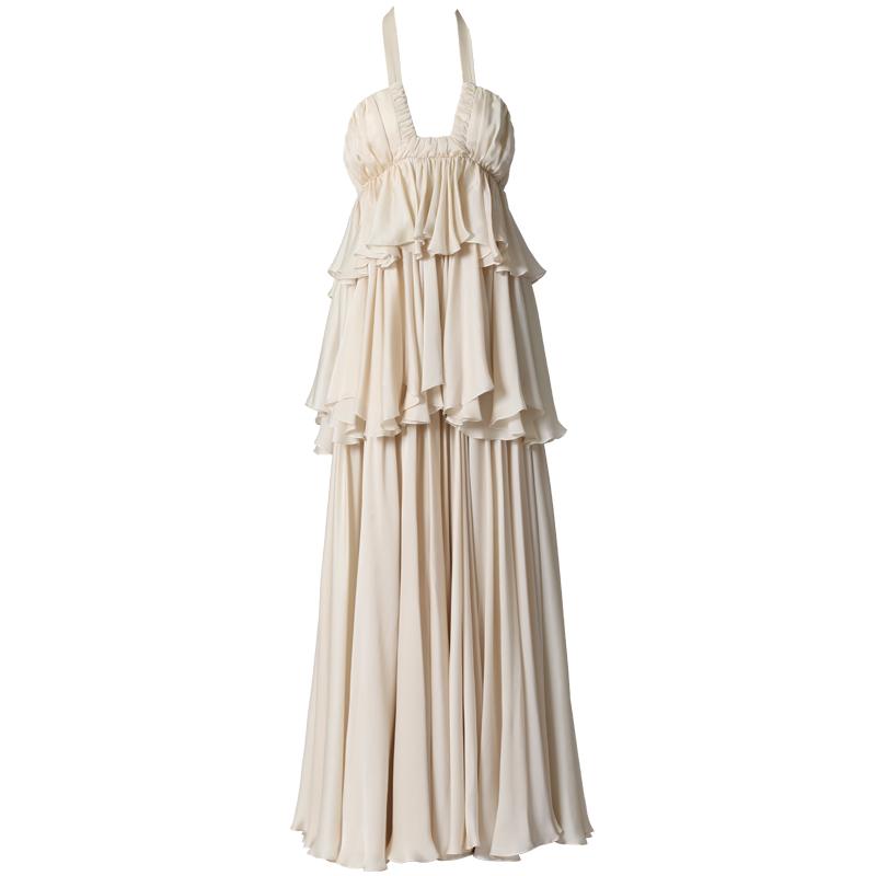 ブラッシュアイボリーのホルターネックデザインのウエディングドレス。ウエストから腰回りにかけて2段のフリルがあしらわれたサテンフェースシフォンのブラッシュアイボリーのロングドレスです。