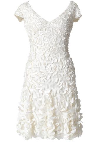 ホワイトのショート丈のウエディングドレス。胸元から裾元へかけてグラデーションのように大きくなるぺタルが施されている、花嫁様の2次会ドレスとしてもおすすめのショート丈ワンピースです。