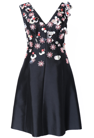 ブラックのノースリーブタイプのショート丈ワンピース。ブラックのベースに、トップス部分全体にフラワーモチーフのピンクの立体的なビジューとスパンコールの刺繍が施されたノースリーブタイプのフィットアンドフレアのAラインドレスです。