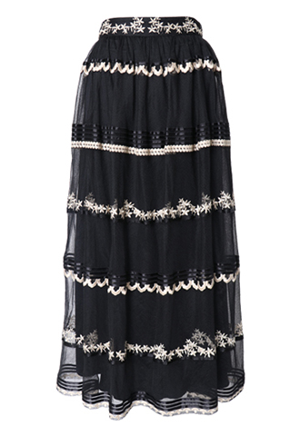 ブラックのチュールにゴールドで刺繍が施されたロングスカート
