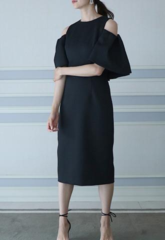ペンシル型のオールブラックワンピース。 肩が見えるデザインで、ジャガード素材のためオールシーズン使用可能なブラックのペンシル型となります。