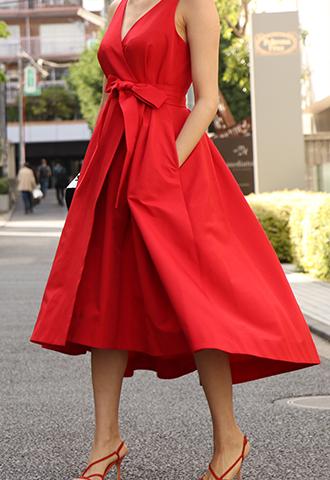 深いタックを入れた前後で長さの違うスカートが特徴的な、ウエストリボンがスタイルアップしてくれるレッドのラップワンピースレッドのノースリーブタイプのラップワンピース。深いタックを入れた前後で長さの違うスカートが特徴的な、ウエストリボンがスタイルアップしてくれるレッドのノースリーブタイプとなります。