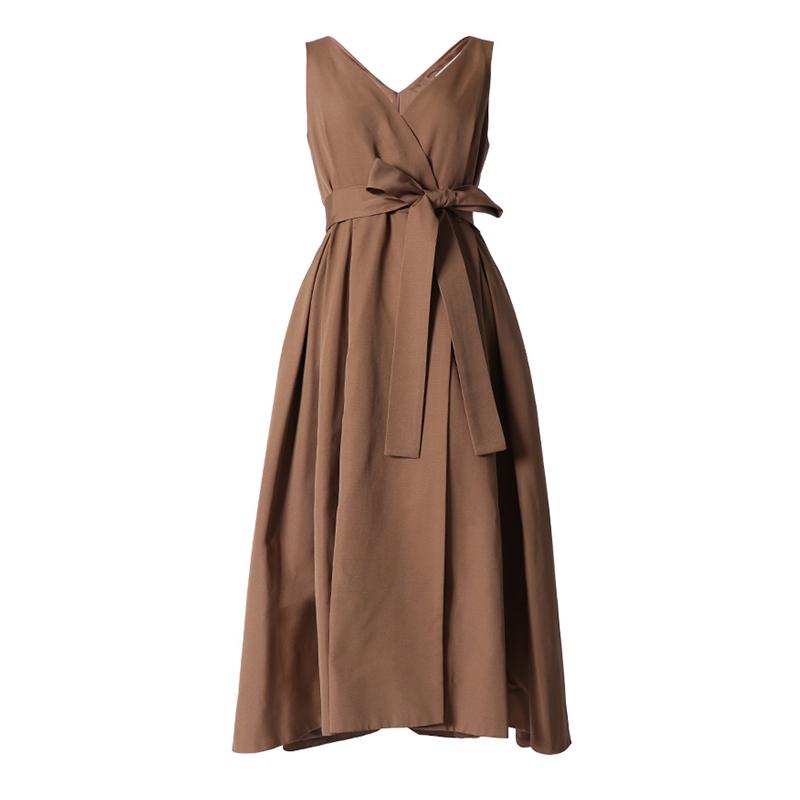 サンドカラー(ライトブラウン)のノースリーブタイプのラップワンピース。深いタックを入れた前後で長さの違うスカートが特徴的な、ウエストリボンがスタイルアップしてくれるブラックのノースリーブタイプとなります。