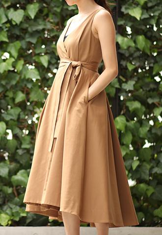 サンドカラー(ライトブラウン)のノースリーブタイプのラップワンピース。深いタックを入れた前後で長さの違うスカートが特徴的な、ウエストリボンがスタイルアップしてくれるライトブラウンのノースリーブタイプとなります。