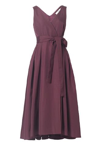 サングリアカラー(パープル)のノースリーブタイプのラップワンピース。深いタックを入れた前後で長さの違うスカートが特徴的な、ウエストリボンがスタイルアップしてくれるパープルのノースリーブタイプとなります。
