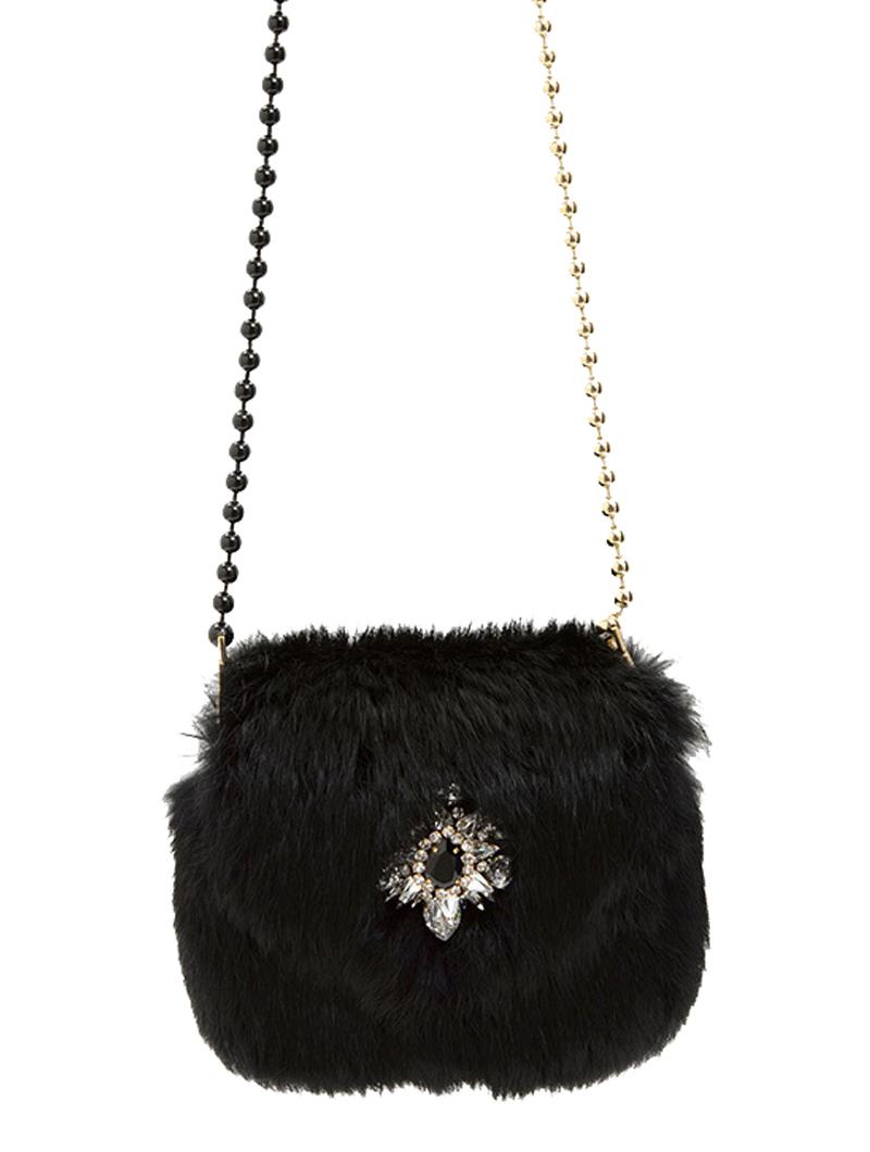 ブラックのファーにシルバーのビジューがあしらわれた使い勝手の良いチェーンバッグ