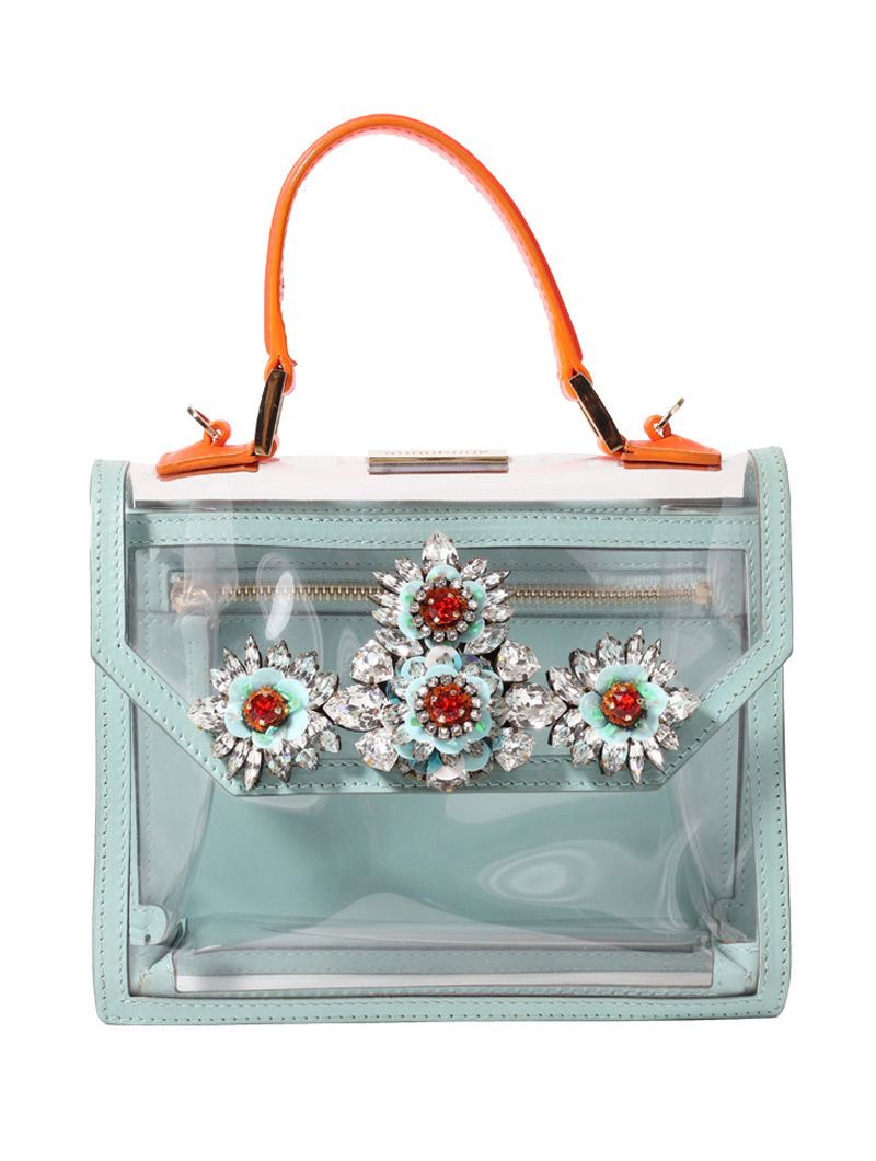 オレンジの持ち手に、ピンクのショルダーストラップ、水色で縁取られたクリアバッグ。フラワーモチーフのビジュー