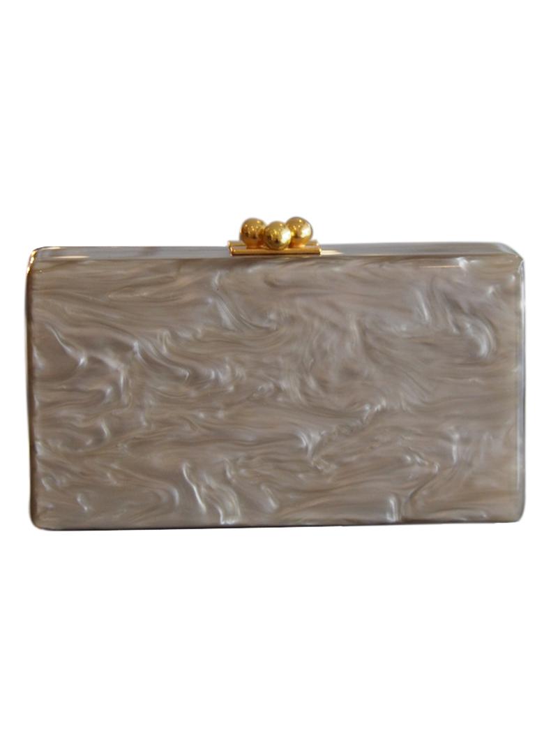 マーブル柄の深いゴールドがパールのような輝きを放つ、使い勝手の良い長方形のクラッチバッグ