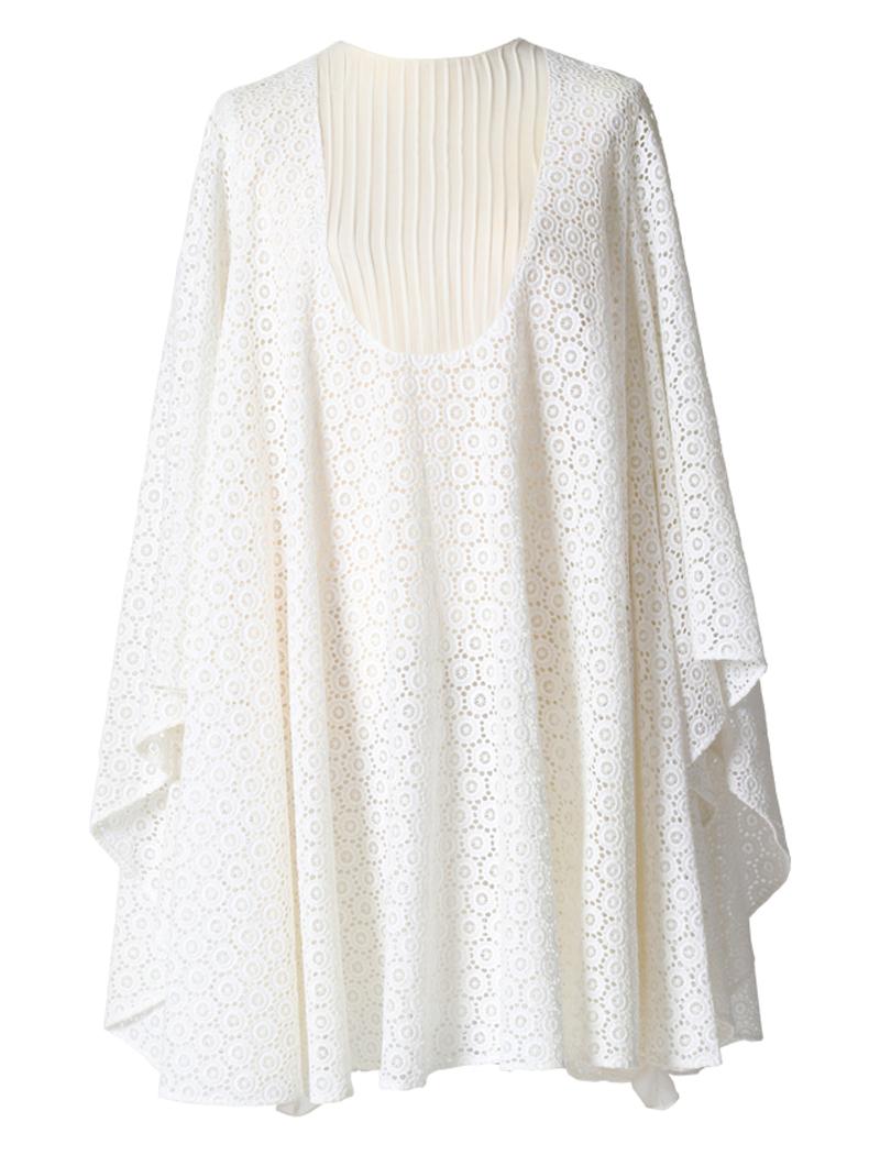 幾何学模様のレースのポンチョ風のウエディングドレス。花嫁様の2次会にもおすすめ。
