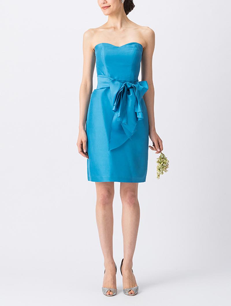 光沢のあるブルーで、ウエストリボンがスタイルアップしてくれるベアタイプのショート丈ブライズメイドドレス