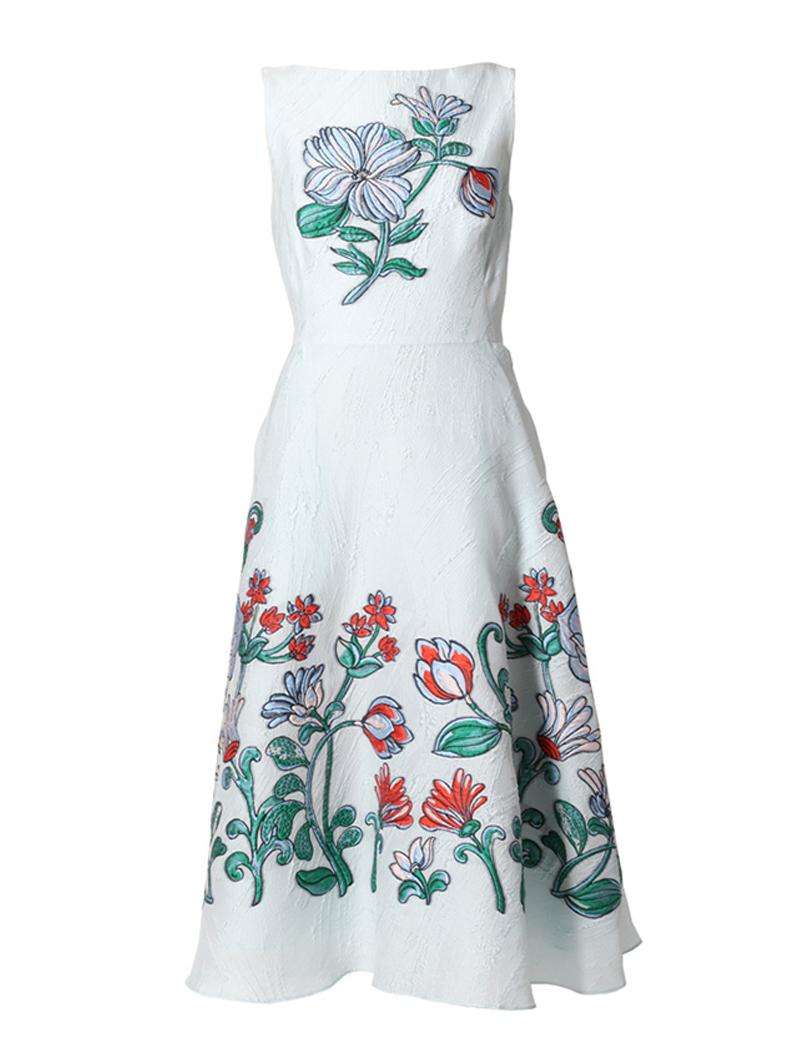 色鮮やかな刺繍が施されたライトブルーのレラ・ローズ(Lela Rose)のドレス。パーティーシーンにおすすめです。
