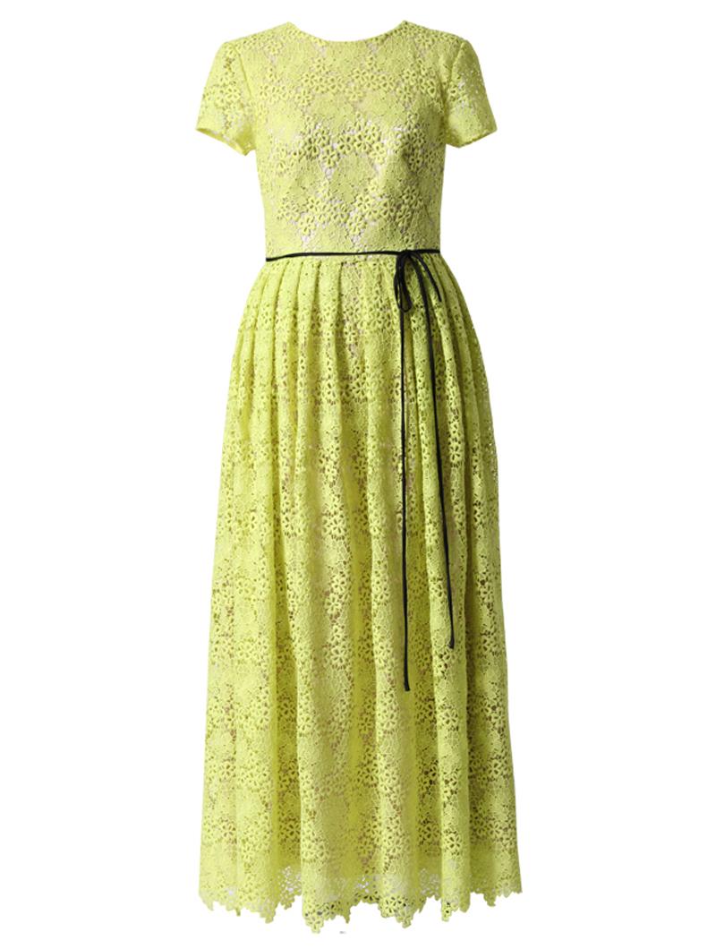 明るいグリーンのショートスリーブタイプのロングドレス。総レースで、ウエストにはブラックのリボンがあしらわれたグリーンのショートスリーブタイプのドレスです。