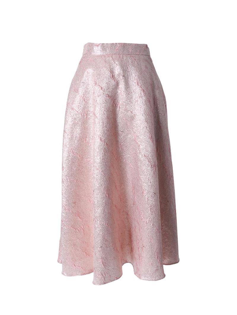 光沢のあるピンクのフレアスカート