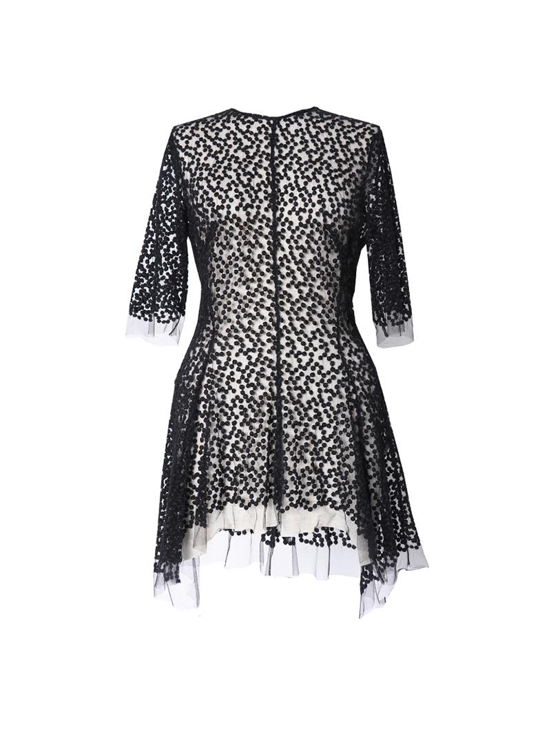 ブラックのドット柄の刺繍が織り込まれた透け感のある5分丈のトップス