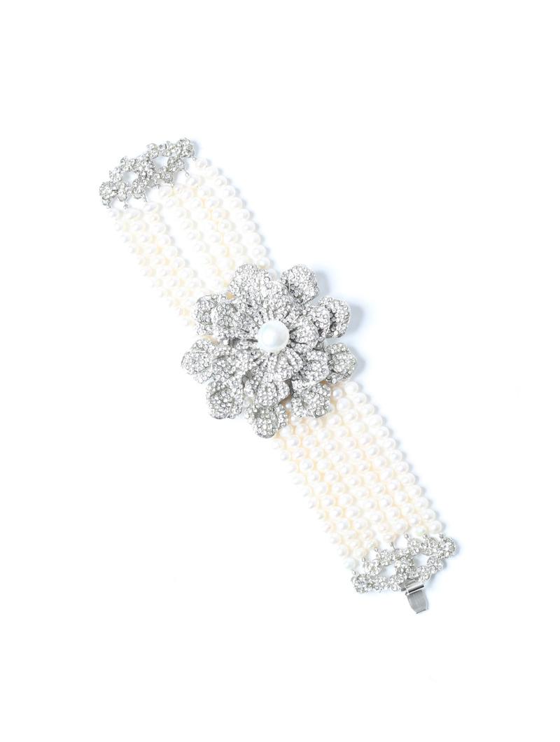 ホワイトの4連パールに、留め具はフラワーモチーフのビジューでデザインされたブレスレット