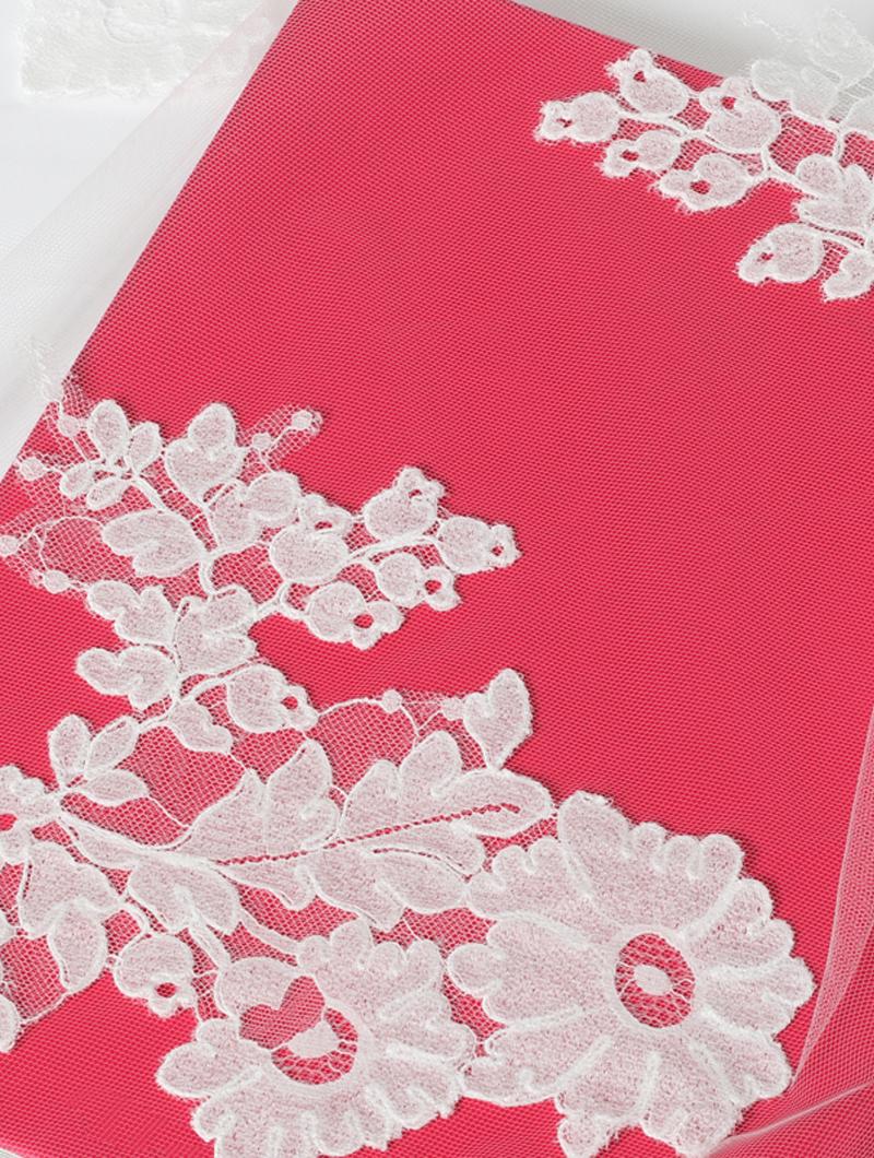 ホワイトのフラワーモチーフの立体的なコードリバーレースが裾元に施されたロングのウエディングベール