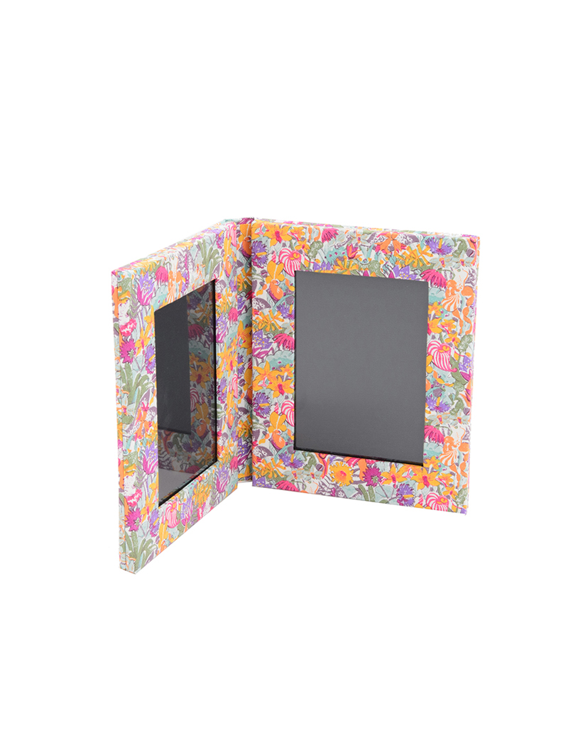 花柄のリバティプリントを使用した写真が2枚収められるフォトスタンド