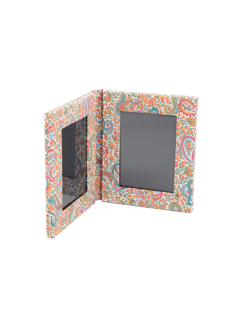 ペイズリー柄のリバティプリントを使用した写真が2枚収められるフォトスタンド