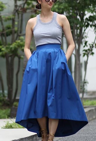 光沢感のあるコバルトブルーカラーで、サイドにポケットがついたフィッシュテールスカート
