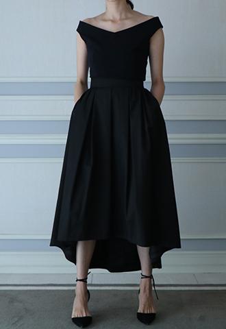 光沢感のあるブラックカラーで、サイドにポケットがついたフィッシュテールスカート