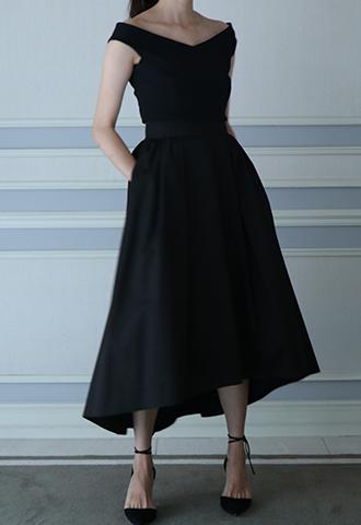 デコルテラインを美しく見せるゆるやかなVネックラインのブラックカラーのオフショルダートップス