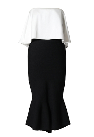 ホワイトのベアトップスに、ブラックのフィッシュテイルスカートが合わさったワンピース