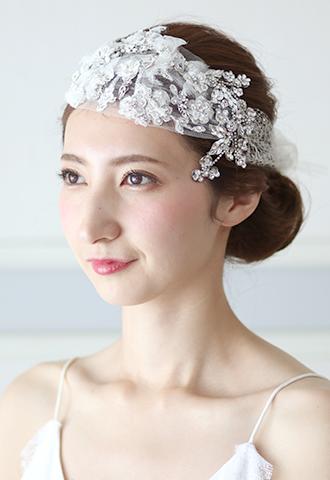 ホワイトのチュールレースの上に小花モチーフをあしらった華やかなヘッドアクセサリーは、カチューシャやボンネとして使用可能