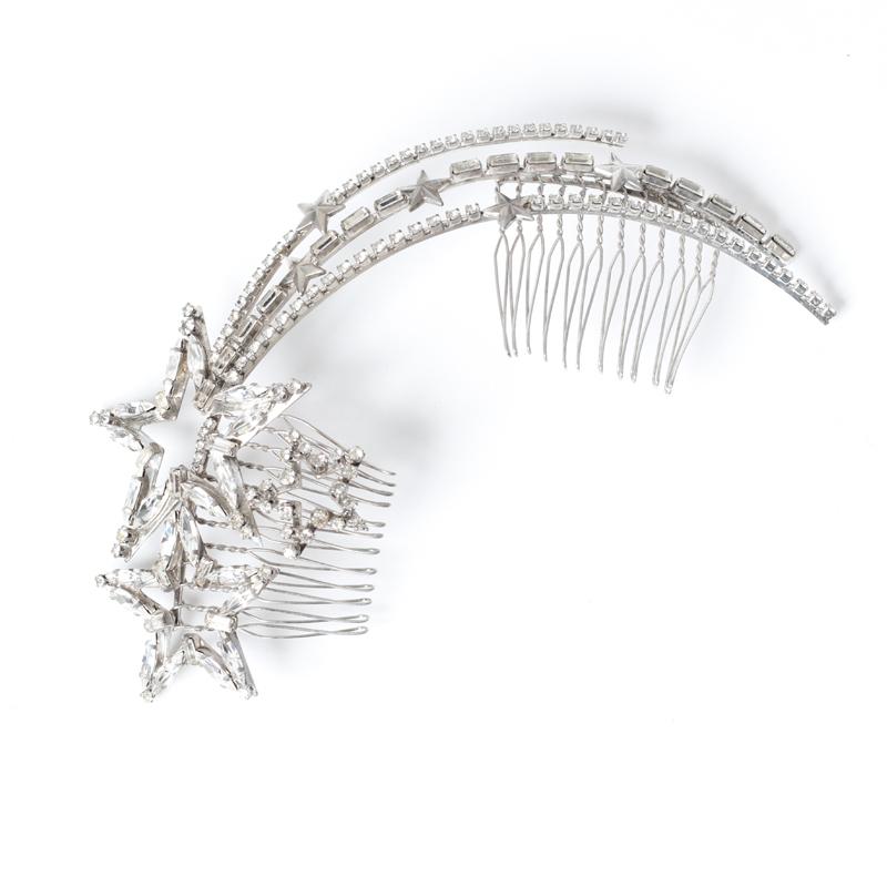 シルバーのストーンでつくられた流れ星のモチーフがキャッチーなボンネ