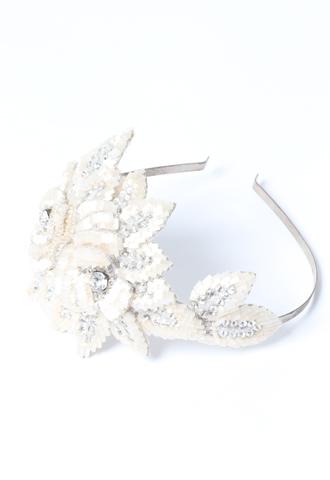 アイボリーのビーズとシルバーストーンを組み合わせた花びらを幾重にも重ねた、立体的なデザインの華やかなカチューシャ