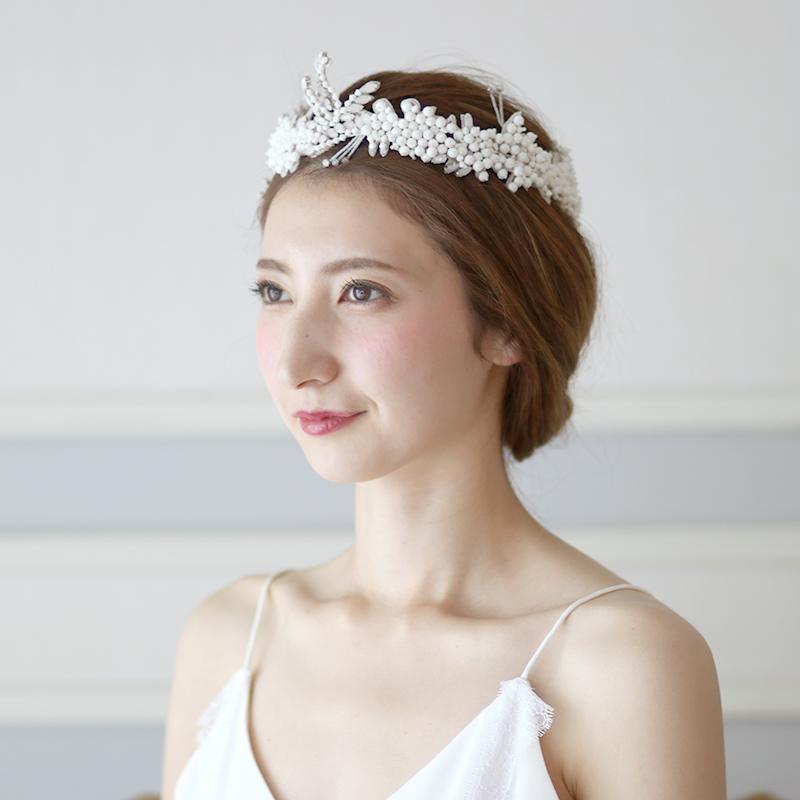 異なる種類のアイボリーのビーディングを無数に散りばめたカチューシャ。ドレスにはもちろん白無垢にもおすすめ。