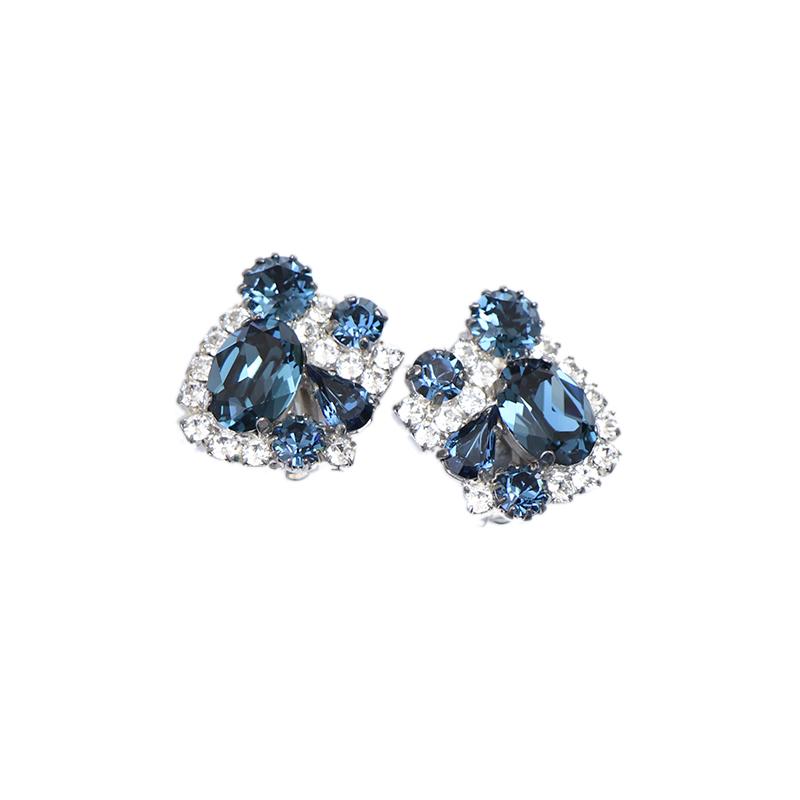 大粒のブルーのビジューの周りに細かなシルバーのビジューがあしらわれた、シンプルでクールな印象のイヤリング