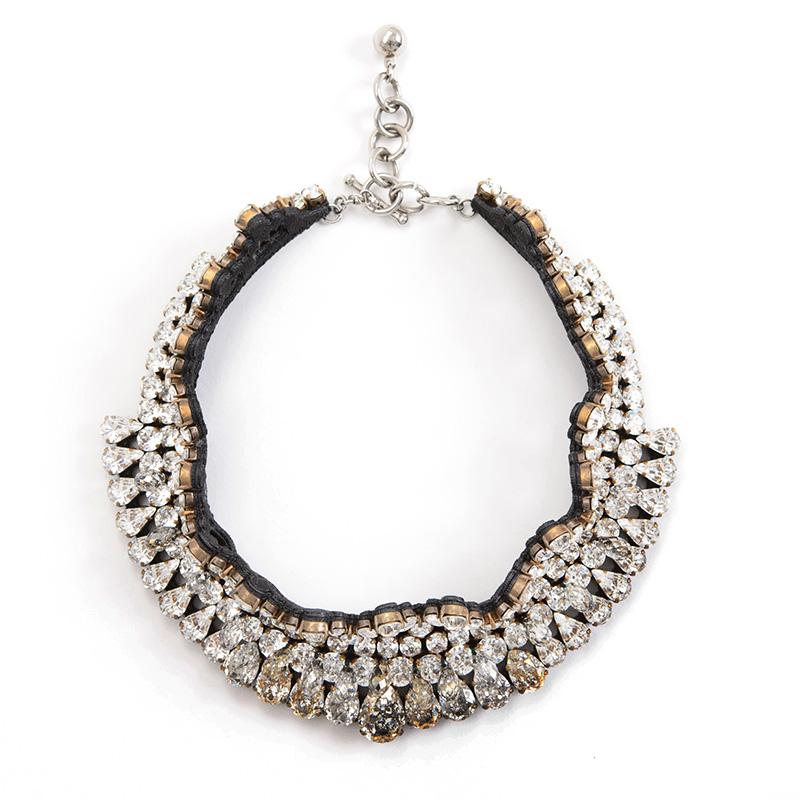 丸いクリスタルが敷き詰めらており、ドロップ型のクリスタルが揺れるデザインの、ゴージャスなネックレス