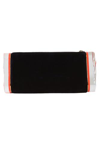 ネイビーのベルベット素材のクラッチバッグ。オレンジのサイドラインがワンポイント。