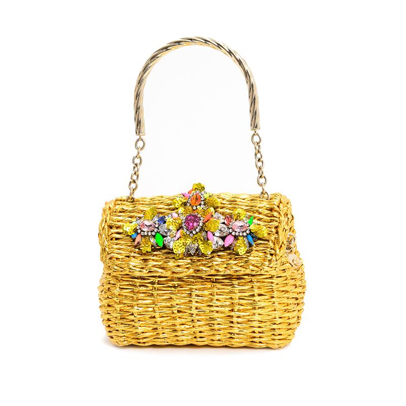 カラフルなフラワーモチーフが施されたゴールドのハンドバッグ。