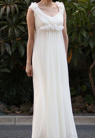 アイボリーのソフトチュールのウエディングドレス。肩と胸下にギャザーが寄せられたデザインのフェミニンなアイボリーのエンパイアドレスです。