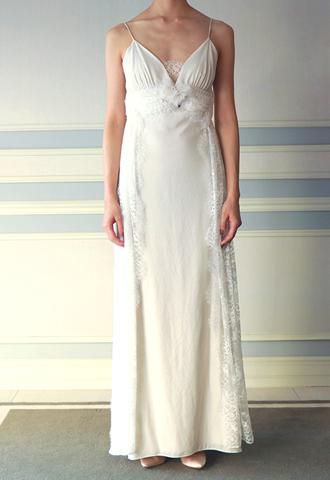 アイボリーのキャミソールタイプのウエディングドレス。ウエスト部分やスカートのサイドにレースがあしらわれた、ヴィンテージ感のあるアイボリーのキャミソールタイプとなります。