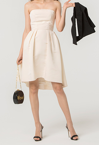 アイボリーのベアタイプのショート丈ウエディングドレス。ウエストのリボンがスタイルアップしてくれるデザインの、ベアタイプのアイボリーのショート丈シルクタフタワンピースです。