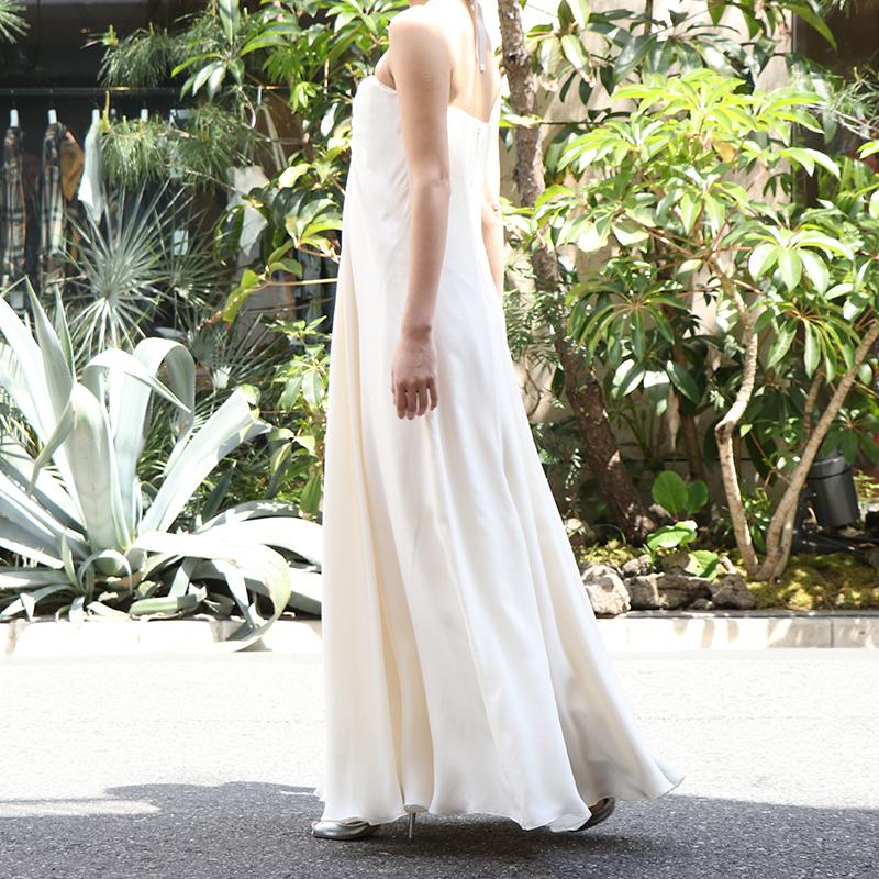 シンプルなウエディングドレスで、ベアタイプのスレンダードレス。花嫁様の2次会にもおすすめ。