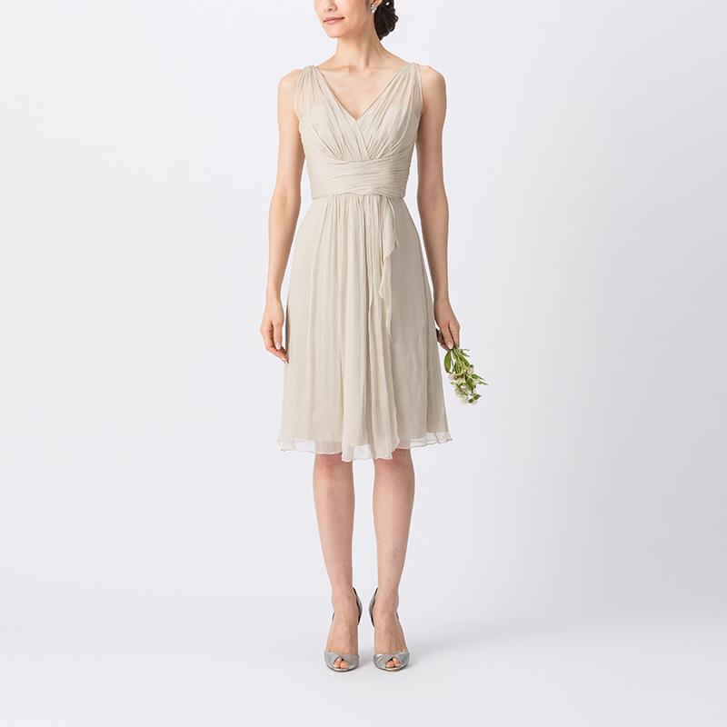 淡いベージュカラーで、胸元は大きく開いたVカットデザインの、ノースリーブタイプのショート丈ブライズメイドドレス