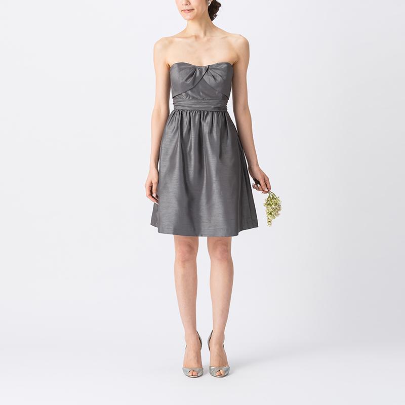 光沢・ハリ感のある素材の濃いグレーで、ベアタイプのショート丈ブライズメイドドレス