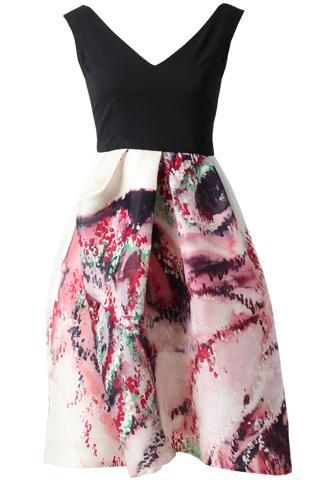 ノースリーブタイプのショートドレス。深みのあるピンク、レッド、ブラック、グリーンの水彩プリントが全体に施されたスカートにシンプルなノースリーブのブラックトップスが合わさったノースリーブタイプとなります。