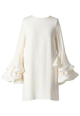袖のラッフルフリルのデザインが斬新なショート丈のウエディングドレス。花嫁様の2次会にもおすすめ。