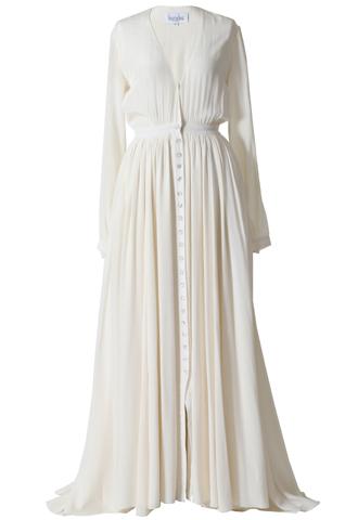 アイボリーのロングスリーブタイプのウエディングドレス。大きくVカットされたデザインのトップスに、軽やかなフリルスカートのロングスリーブタイプです。