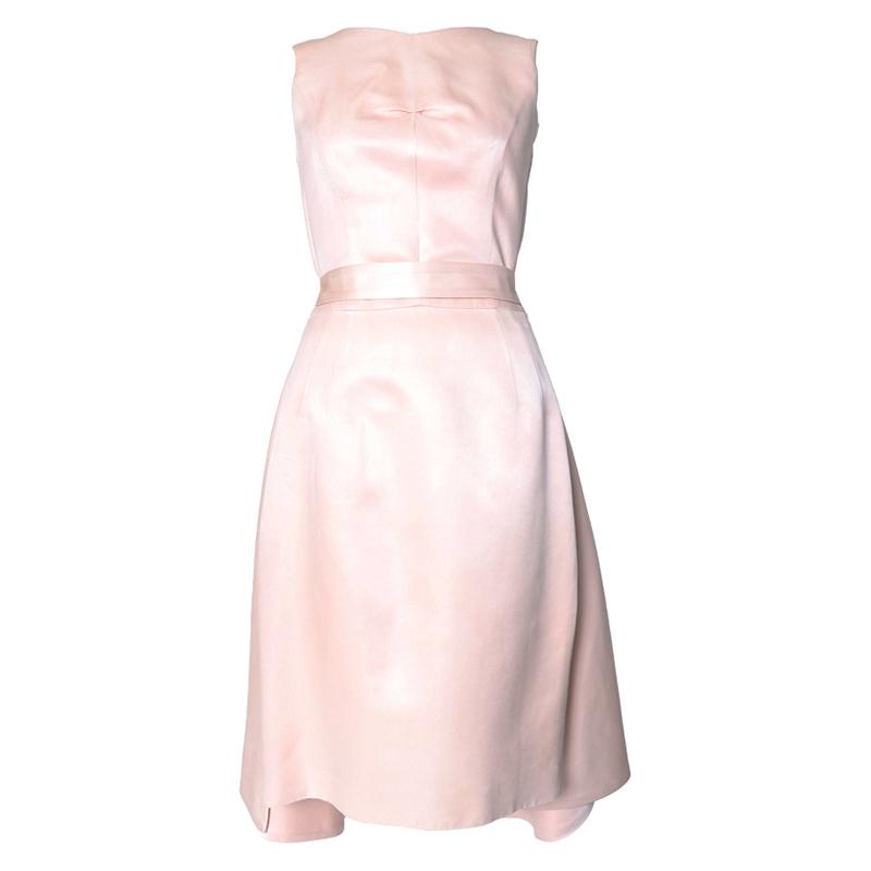 ピンクのノースリーブタイプのフレアドレス。光沢のあるシルク素材のピンクカラーで、オーバースカートのようなデザインのノースリーブタイプとなります。