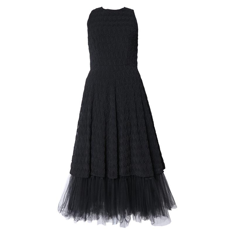 ブラックのノースリーブタイプのロングドレス。ブラックの刺繍が全体に施されており、スカートにはボリューム感のあるノースリーブタイプのオールブラックロングドレスです。