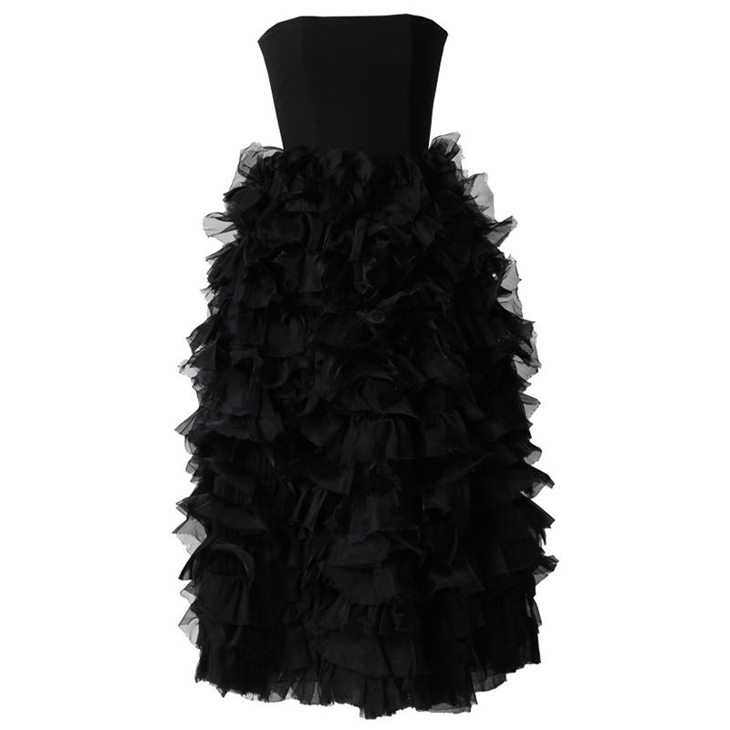 スカート全体にゴージャスなフリルが施されたブラックのベアタイプのロングドレス
