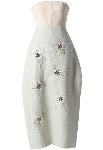 トップスはホワイト、スカートはブルーにゴールドの細かなビジュー刺繍が施されたベアタイプのロングドレス