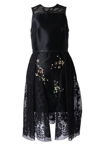 ブラックのノースリーブタイプのワンピース。スカート正面にビジューがあしらわれたタイトなブラックドレスに、腰から施されたレースがミディ丈ドレスのようなデザインのノースリーブタイプのドレスです。